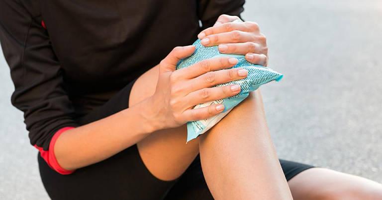 Bệnh nhân có thể chườm nóng hoặc chườm lạnh để cải thiện tình trạng đau nhức đầu gối