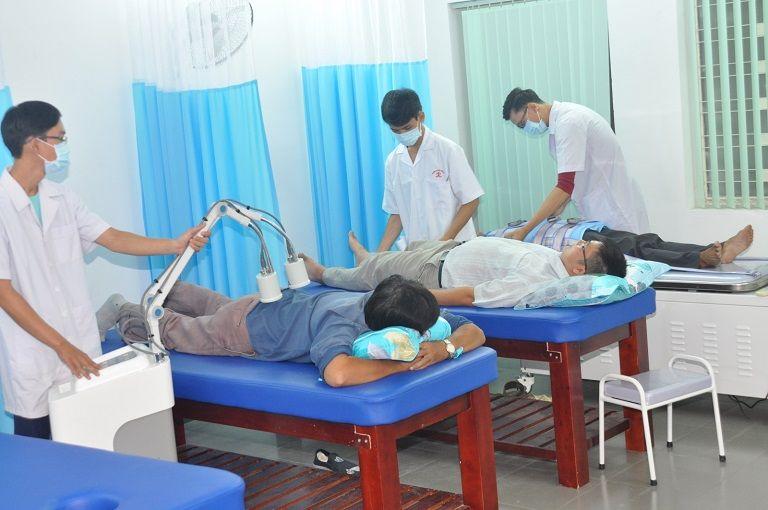 Vật lý trị liệu nhằm tác động vào các khớp để giảm đau