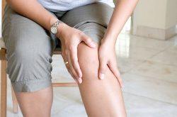 Khớp gối bị cứng có thể do bị nhiễm trùng khớp gối sau phẫu thuật