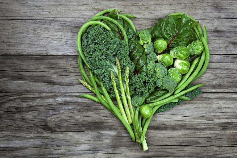 Người bị đau khớp gối nên bổ sung rau xanh vào chế độ ăn uống hàng ngày