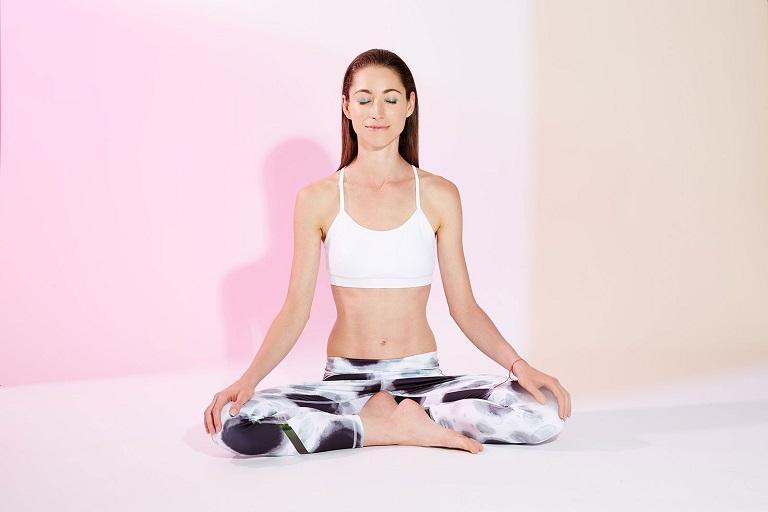 Ngồi tư thế thẳng lưng, ngửa cổ lên sẽ giúp giảm đau vùng vai gáy, cổ hiệu quả
