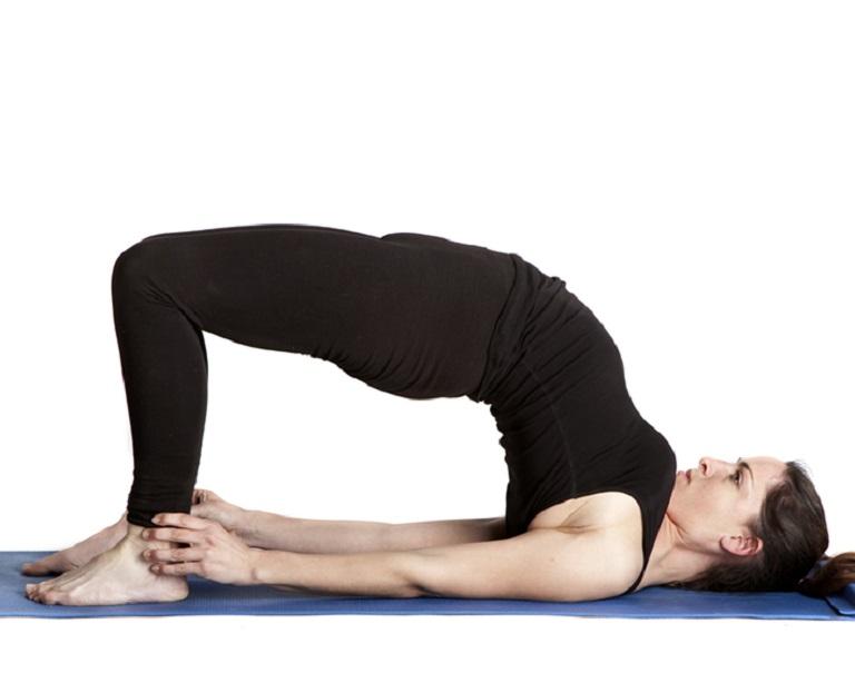 Bài tập với tư thế bắc cầu cho hiệu quả chữa thoát vị đĩa đệm lưng cao