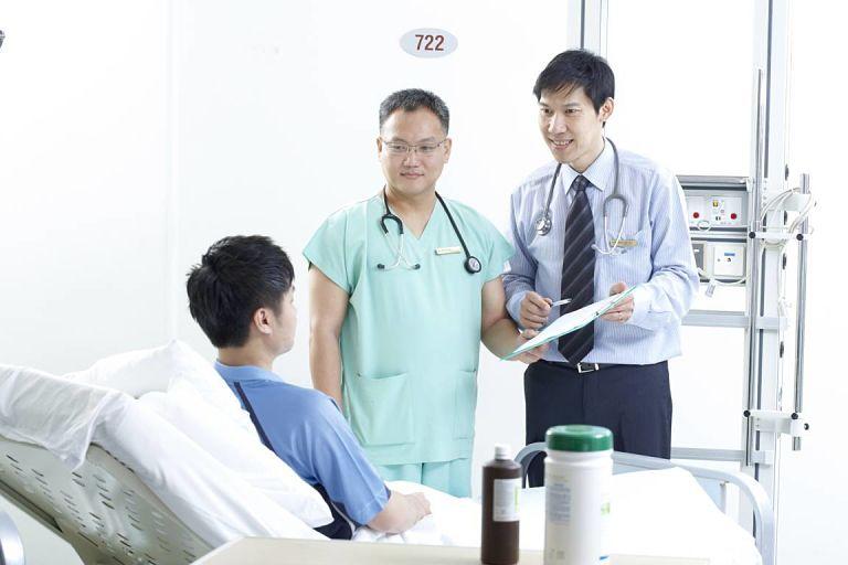 Sau điều trị, bệnh nhân cần phải nghỉ ngơi, hạn chế đi lại để tránh va đập gây tổn thương khớp gối