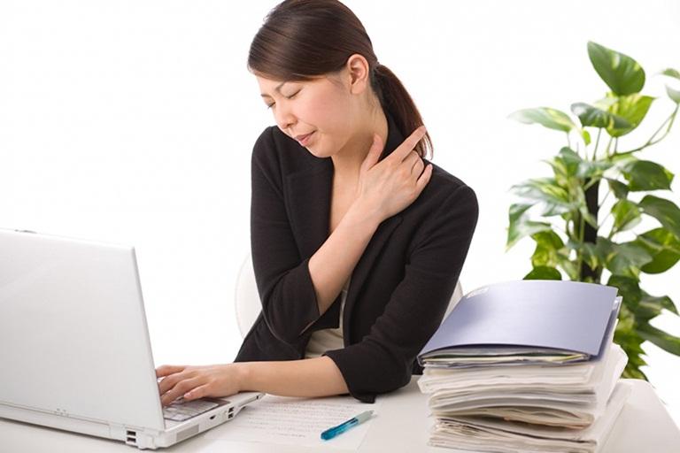 Thoái hóa cột sống gây ra những triệu chứng khó chịu