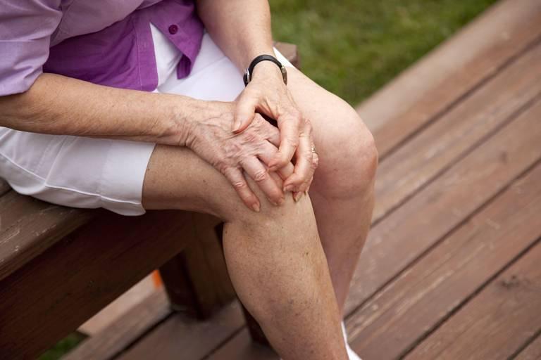Theo Đông y, thoái hóa khớp gối còn gọi là chứng hư khớp gây nên đau nhức và khó đi lại