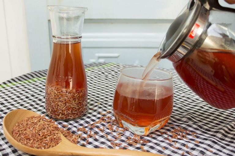 Uống trà gạo lứt mỗi ngày giúp giảm triệu chứng đau nhức do thoát vị đĩa đệm gây ra