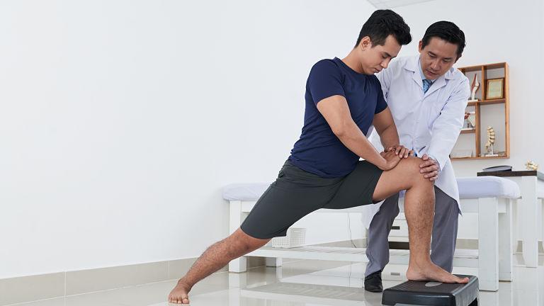 Bài tập vật lý trị liệu giúp người bệnh giảm tình trạng đau đầu gối