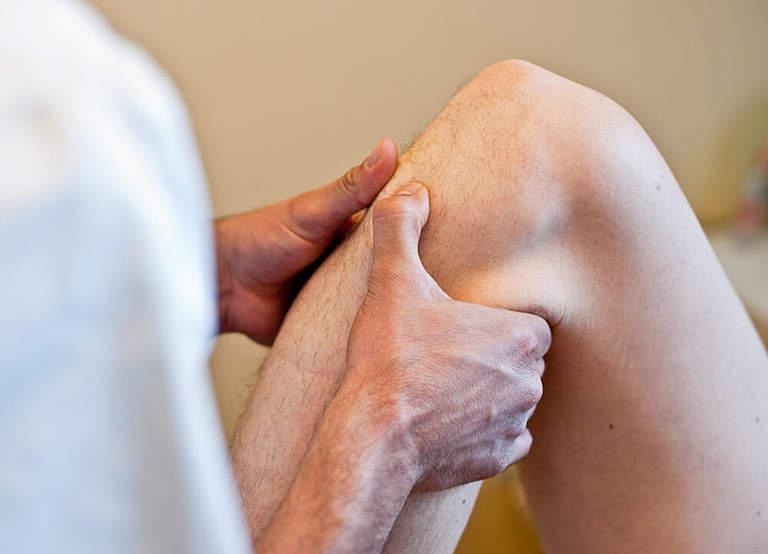 Người bệnh có thể xoa bóp khớp gối mỗi ngày để điều trị bệnh