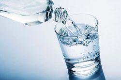 Người bị thận yếu có nên uống nhiều nước không?