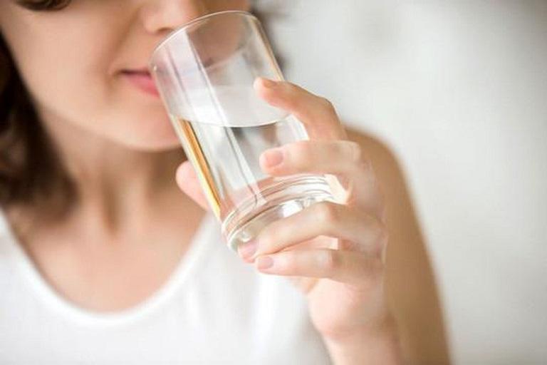 Nên bổ sung đủ lượng nước cần thiết cho cơ thể mỗi ngày