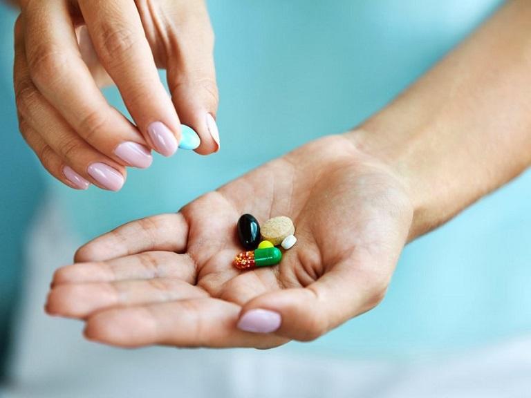 Sử dụng thuốc điều trị bệnh là phương pháp phổ biến hiện nay