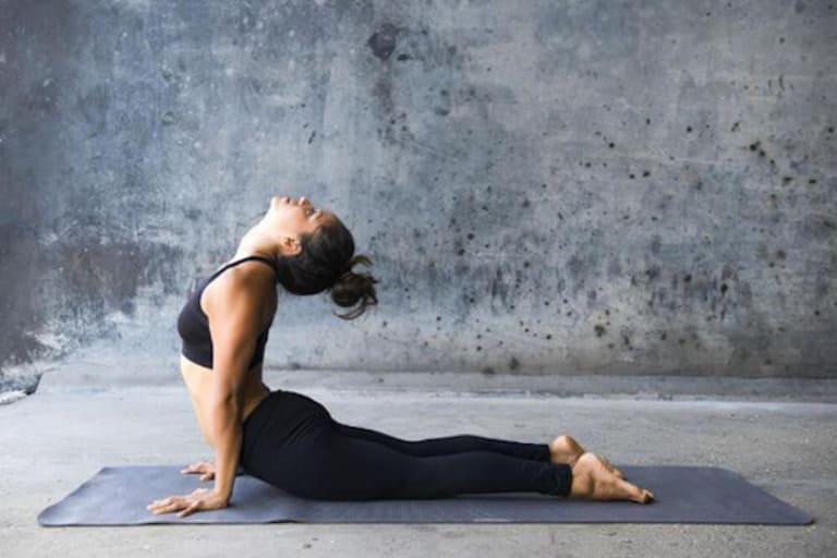 Tư thế yoga rắn hổ mang là một trong những cách trị thận yếu tại nhà