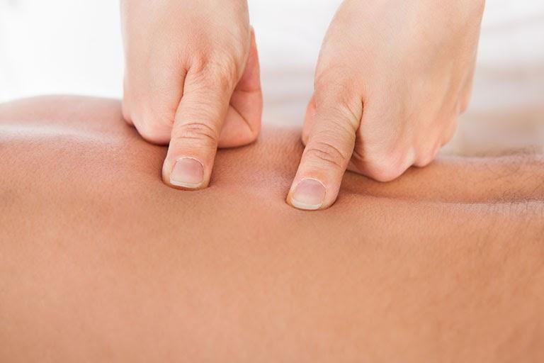 Bấm huyệt cũng là phương pháp chữa bệnh được nhiều người ưu tiên