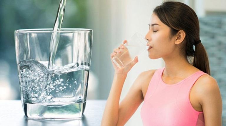Uống đủ nước là lời khuyên của các bác sĩ dành cho bệnh nhân thận yếu